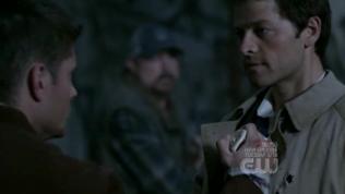 Lời cảm ơn của Dean là đâm thẳng con dao diệt quỷ vào tim người kia, nhưng dĩ nhiên là không có tác dụng. Mới lần đầu gặp mặt mà máu lửa dữ dội quá =)))