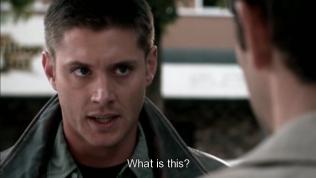 """""""Chuyện này là chuyện gì?"""" Dean hỏi. Lúc này Dean đã phát hiện mình đang ở thế giới quá khứ và người mà anh vừa gặp lúc nãy chính là cha mình lúc trẻ. Đang trên đường đuổi theo ông thì đột nhiên đụng Cas~~~"""