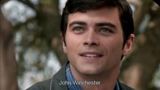"""Đây chính là John, cha của Dean và Sam, lúc còn trẻ. Đẹp trai chết đi được ~~ Thảo nào sinh mấy thằng con đẹp thế :"""">"""
