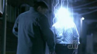 """""""Bùm!"""" Đấy, đây mới gọi là tiếng sét ái tình này =)))))) Sét đương nhiên là do bạn thiên thần nào đó giáng xuống để cứu Dean rồi =))))"""
