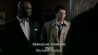 """""""Chúng tôi hiện đang nắm giữ Alastair."""" - Cas và Uriel đến tìm Dean. - Nói đến tình hình hiện tại một chút, các thiên thần đang bị giết chết bởi một kẻ giấu mặt và Cas đang tìm kẻ đó. Và Alastair là một đầu mối quan trọng."""