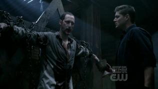 """Đương nhiên, việc Dean đang làm là tra tấn Alastair để lấy thông tin về kẻ giết chết thiên thần. Và trong khoản thời gian 40 năm ở địa ngục, Dean đã liên tục bị tùng xẻo, tra tấn suốt 30 năm đầu. Trong 30 năm đầu, Alastair đã không ngừng tra tấn và đồng thời đề nghị Dean """"Nếu ngươi chấp nhận làm người tra tấn, xé xác các linh hồn khác thì ngươi sẽ không phải bị tra tấn nữa."""" Sau 30 năm chịu đựng thì Dean đã không chịu nổi nữa và đồng ý làm việc đó suốt 10 năm sau... cho đến khi Cas đến và cứu Dean ra khỏi đó. Và hiện tại, Cas lại nhờ Dean làm việc tra tấn này lần nữa."""