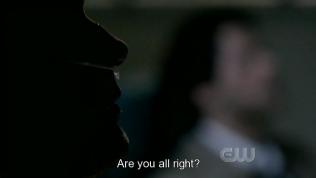 """Sau đó, Cas đến thăm Dean ở bệnh viện, """"Cậu ổn chứ?"""""""