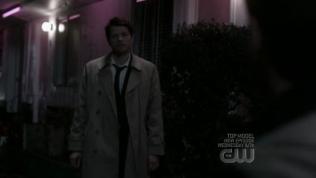 Và Cas xuất hiện khi Dean cầu nguyện.