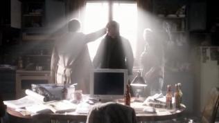 Nói rồi Cas dịch chuyển tức thời Dean đến chỗ của Sam và một mình đối đầu với tổng thiên thần kia.