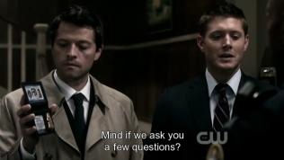 """""""Phiền anh cho phép chúng tôi hỏi vài chuyên.""""- Dean nói trong khi Cas ngắm nghía cái thẻ FBI =))))"""