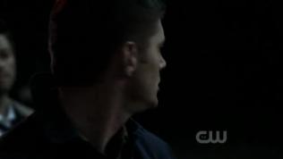 Dean cũng vô cùng kinh ngạc, lập tức nhìn xung quanh. Quay lại thì nhận ra là Cas đã dịch chuyển mình tới đây.