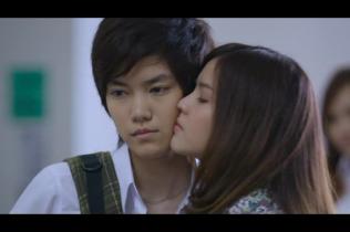 Kiss lên má để làm bọn kia im miệng này =)))