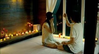 Kỷ niệm 1 năm yêu nhau ~~ Kim tặng Pie dây chuyền con bướm, bên trong có một thông điệp nhỏ để phòng hờ một ngày Pie không còn yêu Kim nữa thì sẽ mở ra đọc nó để Pie có thể hồi tâm chuyển ý.