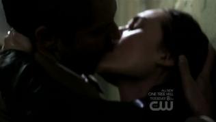 Cas không chịu yếu thế, cũng đè lại Meg, mạnh mẽ hôn.