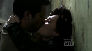 Cas vẫn tiếp tục hôn Meg...