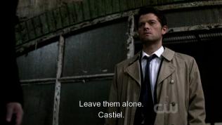 """Đúng lúc này, Cas lại xuất hiện và nói, """"Để họ yên."""""""