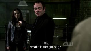 """""""Này, thứ gì bên trong cái túi quà đó vậy."""" Crowley nhìn vào cái túi trên tay Cas."""