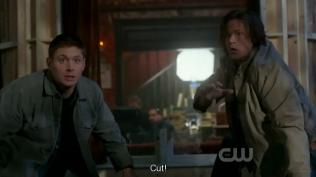 """Hai cậu vừa lồm cồm bò dậy thì nghe người ta hô: """"CẮT!"""" =)))"""