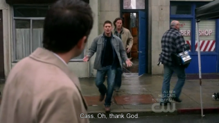 """Cas. Ôi, tạ ơn Chúa."" Dean mừng rỡ chạy tới."
