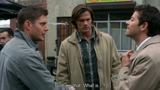 Dean giật lấy kịch bản trong tay Misha