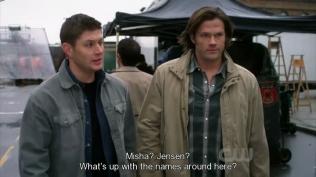 """""""Misha? Jensen? Tên của mấy người ở đây bị gì vậy?"""" Dean bình luận (Và chính xác thì tại sao anh lại đặt hai cái tên Jensen và Misha ở chung một chỗ vậy? =))))"""