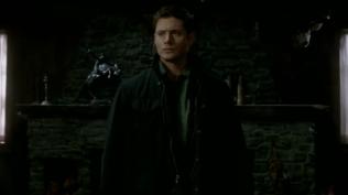 Dean đứng đó, không biết rằng Cas ở ngay đằng sau mình.